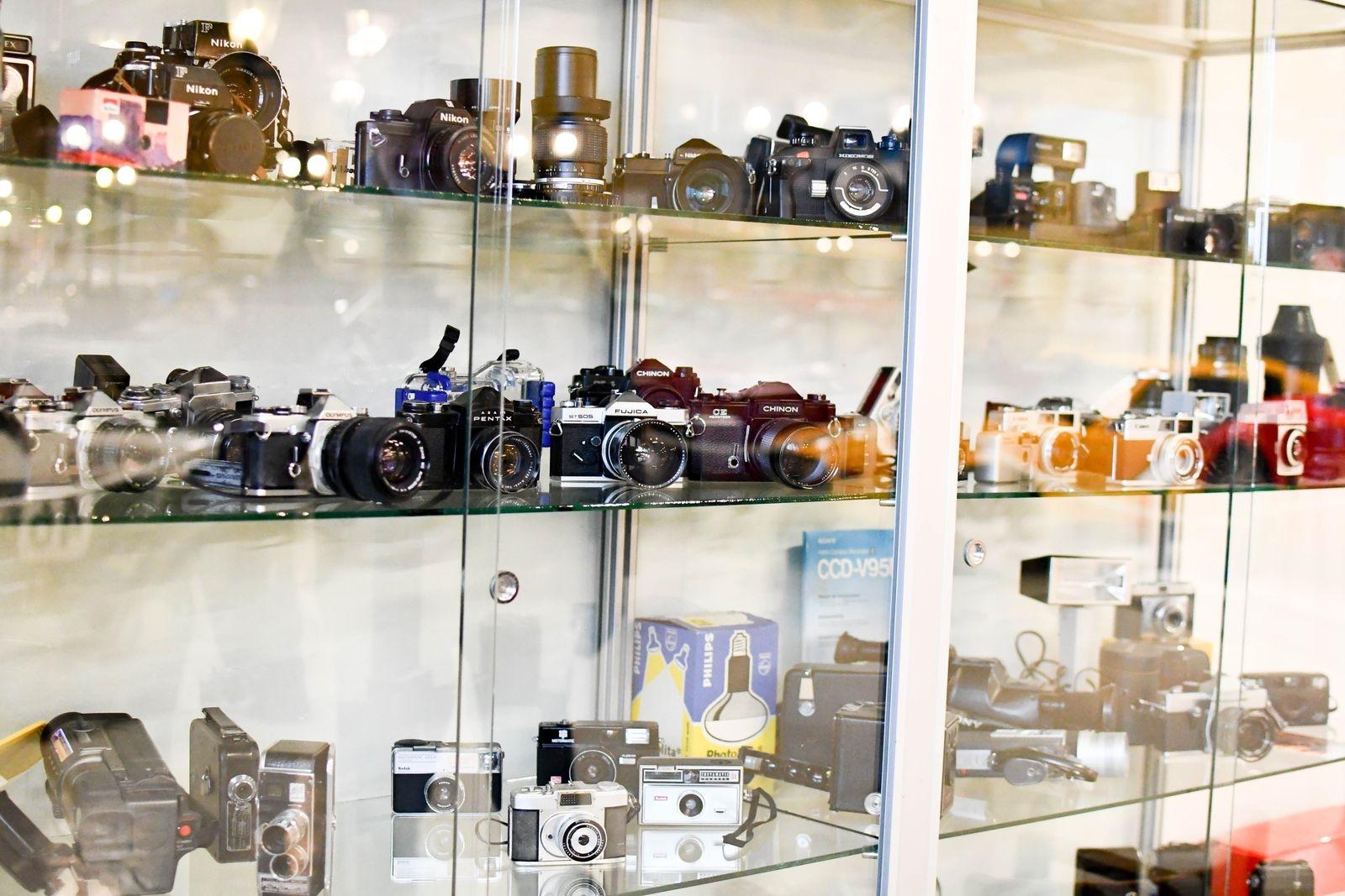 Som om det inte vore nog med bilar, mopeder, motorcyklar, scootrar, flygplan, helikoptrar, leksaker och musikmaskiner, så visar museet nu även en spännande samling kameror.