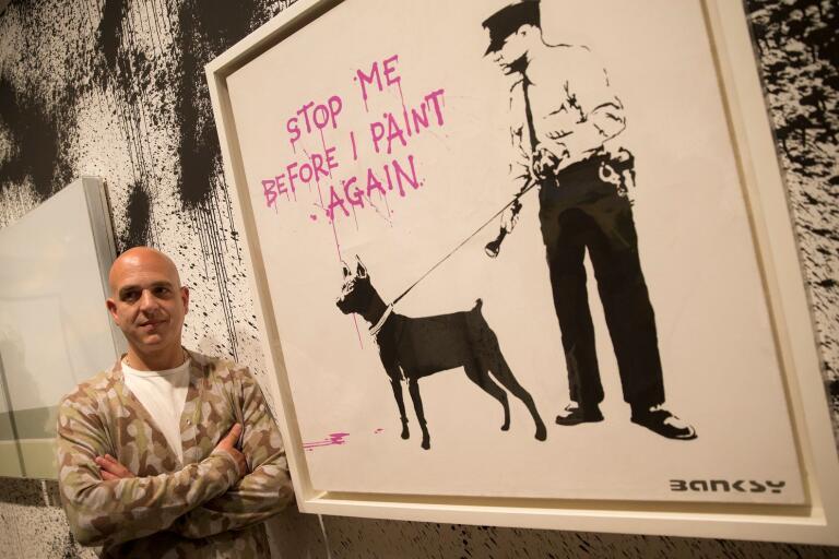 Steve Lazarides med ett verk av Banksy.
