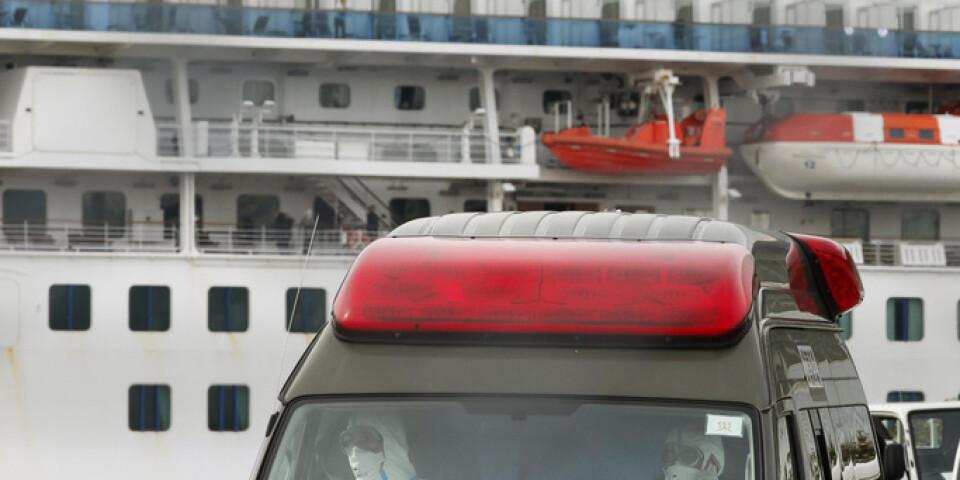 En ambulans lämnar kajen i Yokohama, där Diamond Princess, ligger isolerad.