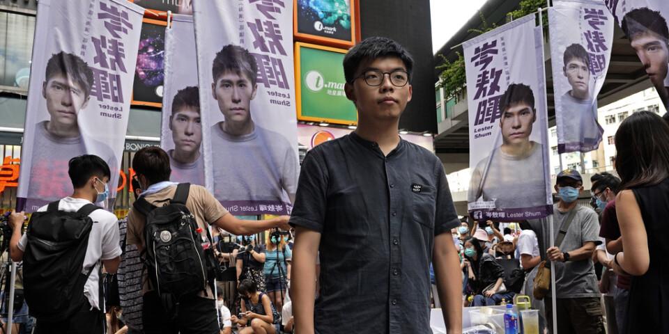 Demokratiaktivisten Joshua Wongs (i mitten) bok är en av de som plockats bort från biblioteken i Hongkong för att granskas utifrån Pekings nya säkerhetslag.