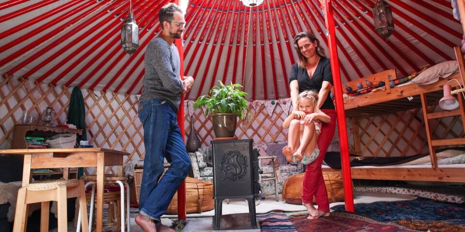 För Erik och Vilda Rosenblad i Onslunda lockar ett enklare liv med färre prylar och mer tid över för sina fem barn. Nu överväger de att göra sin nyinköpta mongoliska jurta på 28 kvadratmeter till en permanent bostadslösning.