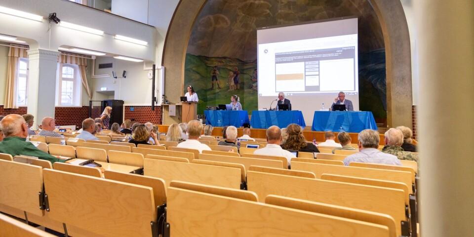 Fullmäktigeledamöterna var tillbaka i skolbänken eller iallafall i gymnasiets aula när sammanträdet flyttades från Knutssalen i Gamla rådhuset till Österportskolan.