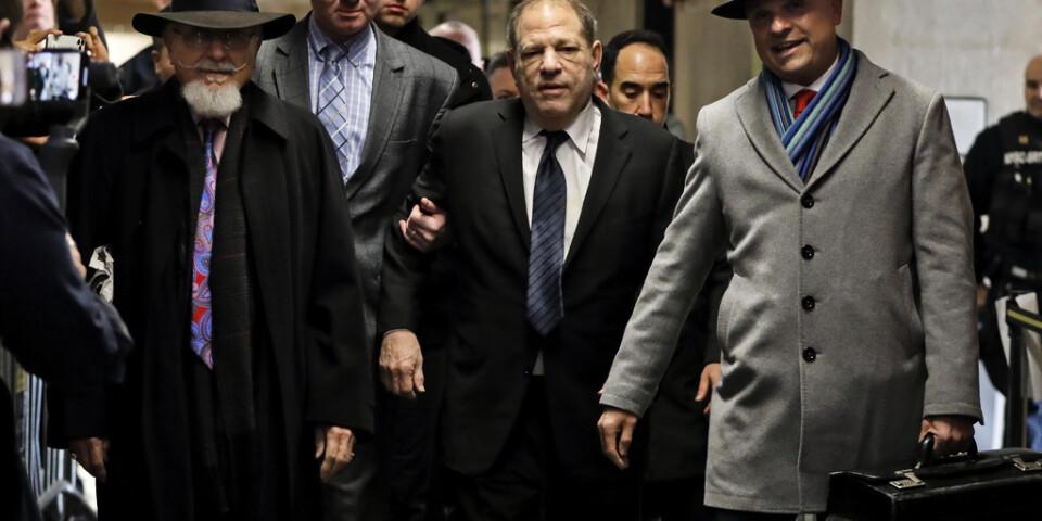 Harvey Weinstein, som opererat ryggraden, stöttas upp av sina advokater på väg in i rättsalen.