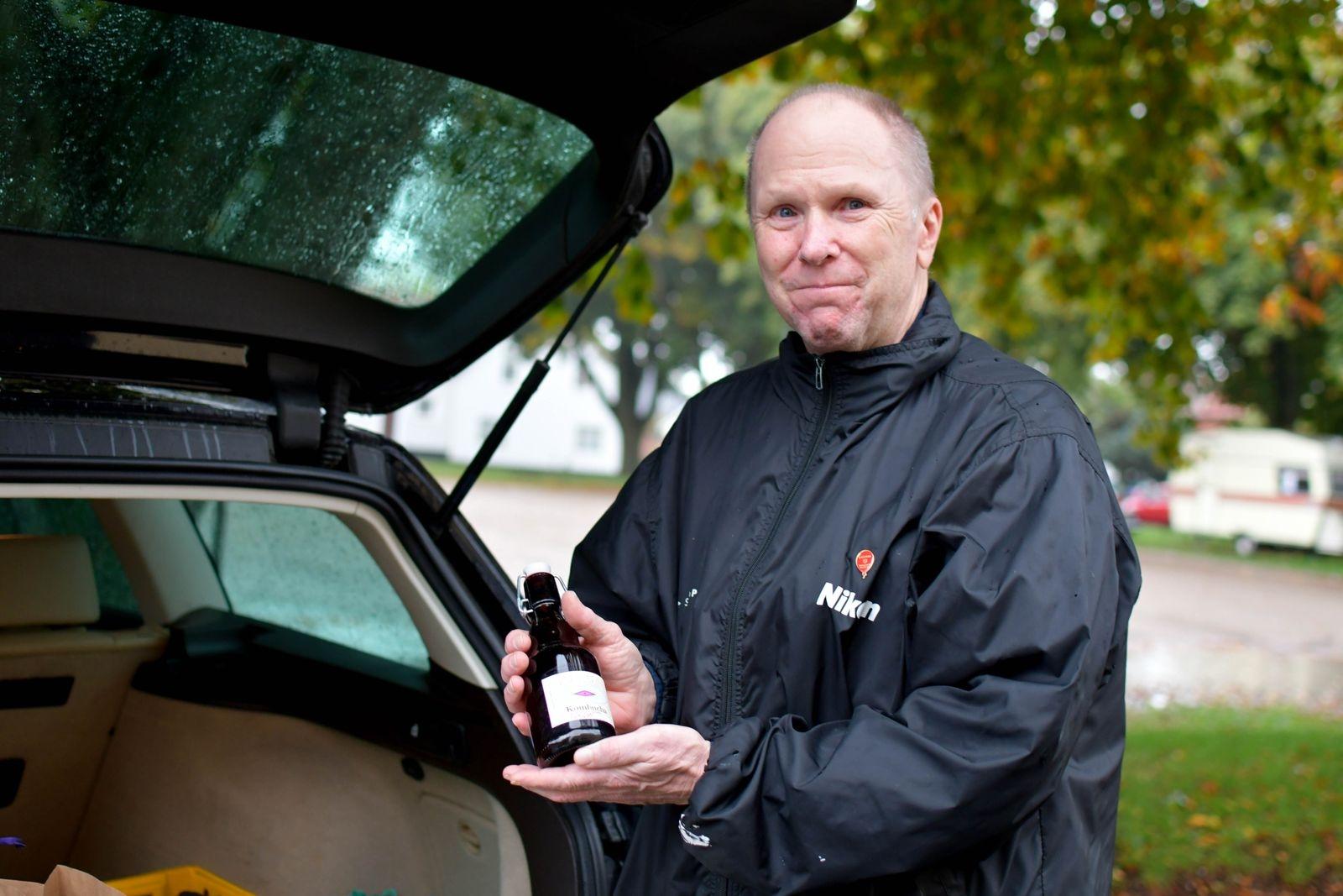 Figge Bergquist vikarierar för Mona Nihlén som driver Baravara och erbjuder såväl kombucha producerad i Tomelilla, som bivaxdukar av vax från lokala biodlare.