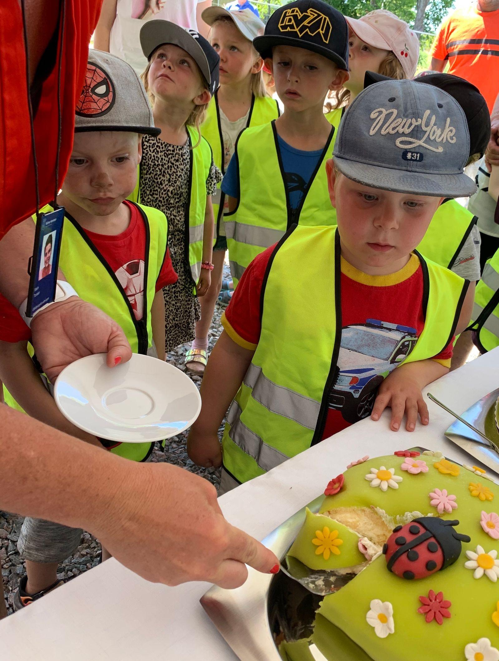 Efter barnen hade grävt bjöds det på tårta, saft och kaffe.