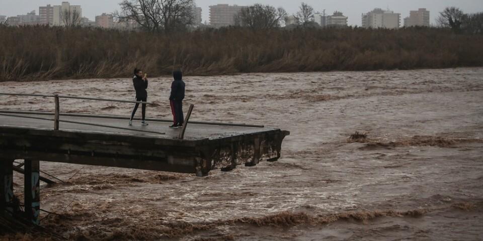 Två personer tar bilder från en bro som kollapsat i Malgrat, nära Barcelona. Bild tagen den 22 januari.