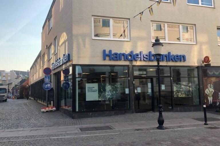 Det dröjer innan det kommer besked om vilka av Handelsbankens kontor som ska stängas. Kontoret i Ystad ligger centralt.