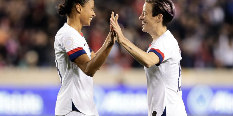 USA:s damlandslag, här anfallarna Lynn Williams (vänster) och Megan Rapinoe (höger), i en match mot Panama i januari, får inte lägre ekonomisk ersättning än de amerikanska herrspelarna, enligt en domstol i Los Angeles.