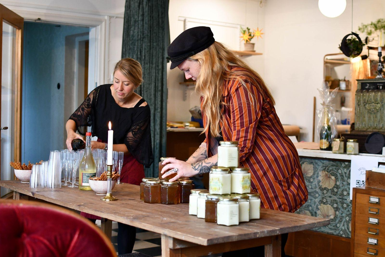 Linda Langer och Jonna Jollmo förbereder inför lördagens invigning.