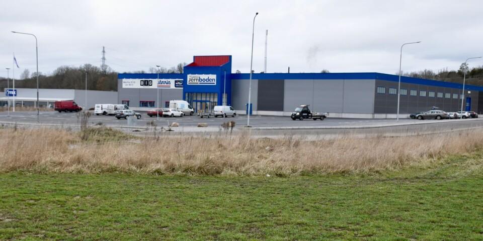 Här, på ängsmarken mellan Gamla Jernboden och E 22, byggs Biltemas 7 500 kvadratmeter stora butik.