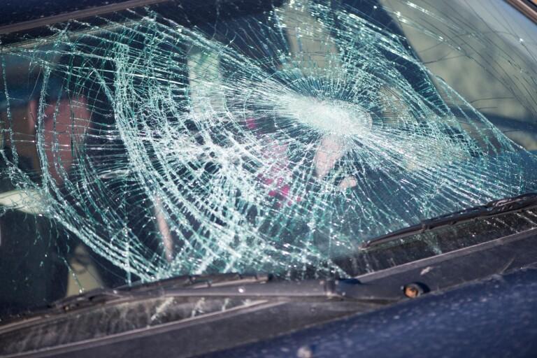 En kvinna som åtalats för att ha krossat vindrutan på en bil frias av såväl tingsrätt som hovrätt.