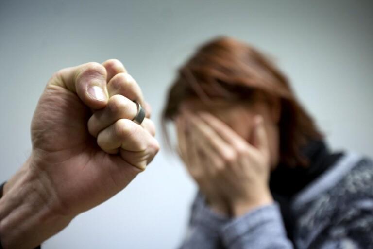 Ska ha misshandlat sin fru och hotat döda sitt barn