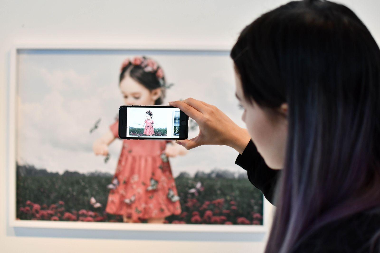 Appen Saga Wendotte AR ger ett extra lager av information ovanpå verkligheten och förstärker upplevelsen av bilderna.