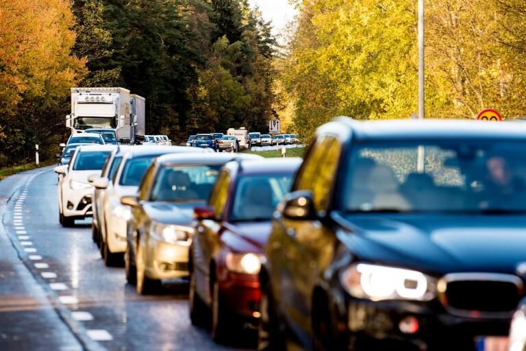 Långa köer på riksväg i Växjö