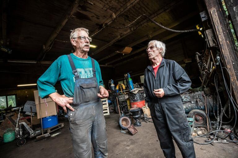 Arne Ekstrand till vänster driver Ekstrands reparationsverkstad där Arne Burehed arbetat i över 60 år.