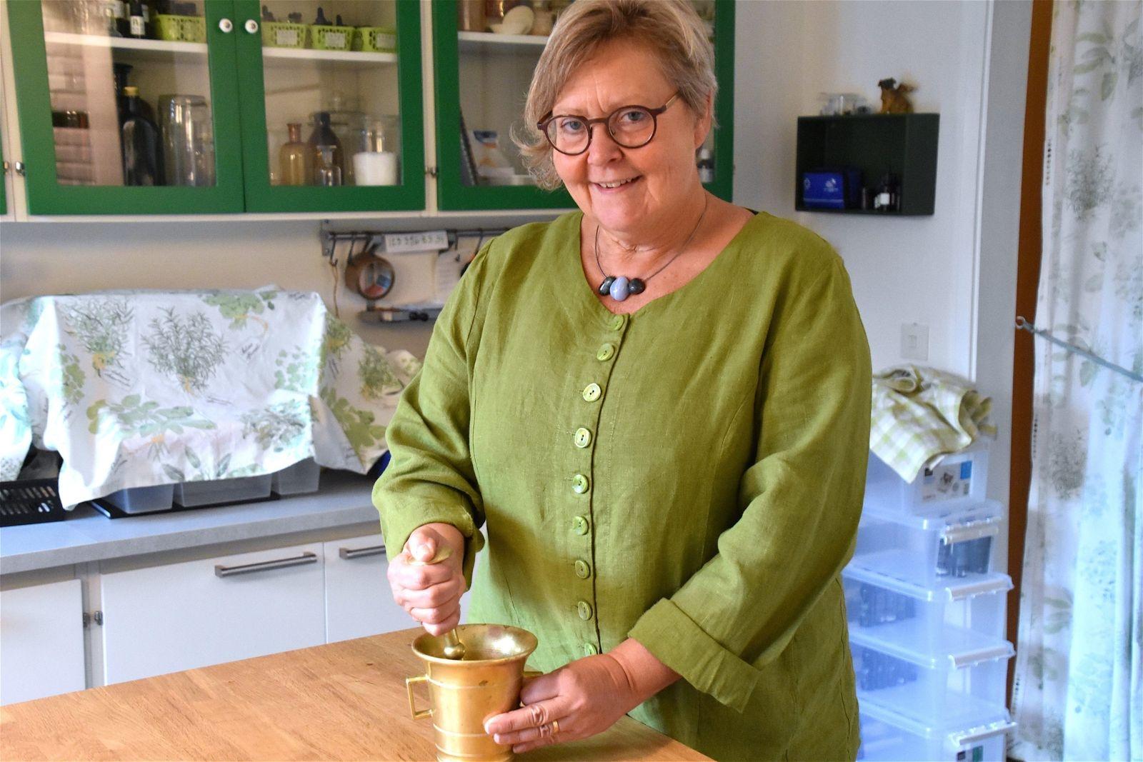 Örtterapeuten Eva Olsson från Herbasensia ger tips om hur du bäst odlar och tillvaratar både läkeväxter och ogräs i din trädgård. Söndag klockan 11.00.