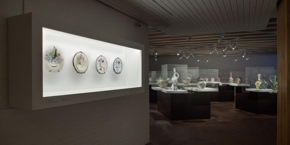 Översiktsbild över ett av rummen från Picassos keramikutställning på Louisiana.