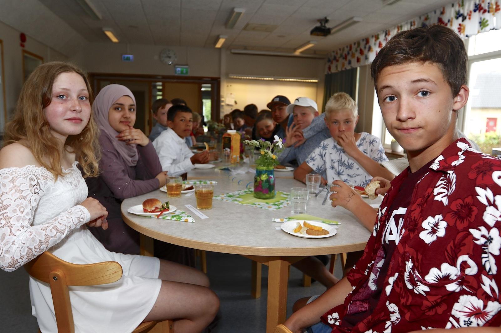 Klass 6 på Dalstorpsskolan hade frukost i matsalen. Oliver Brocker, närmast i bild, ser fram emot att få träffa nya kompisar i Tranemo till hösten.