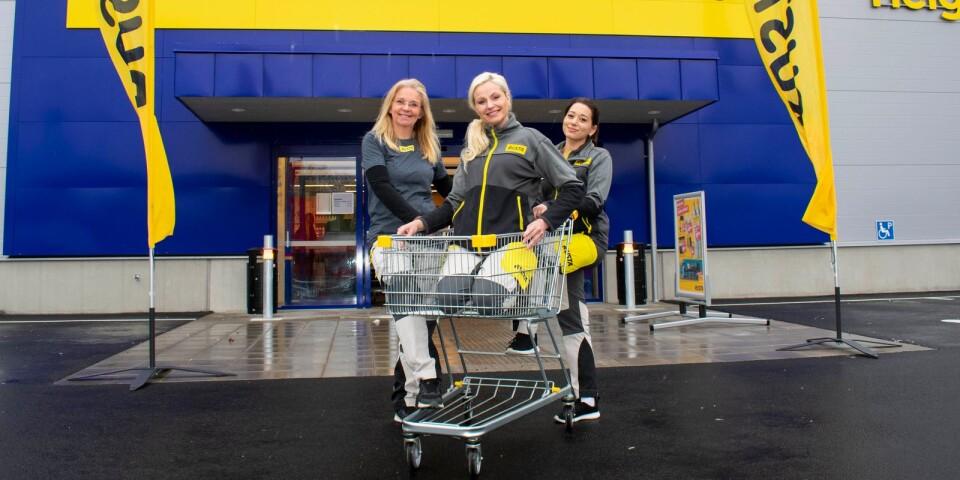 Tina Färm, ställföreträdanden varuhuschef, Lena Ström, varuhuschef och Jessica Andersson, säljare, på nya Rusta i Karlshamn.