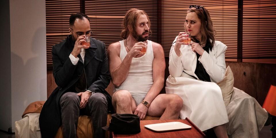 Både Frank (Magdi Saleh, till vänster) och hans fru Susan (Linn Lidehav) har en relation, fast helt olika, med kriminelle Kevin (Johannes Wanselow).