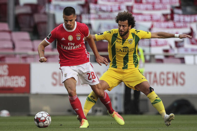 Benficas Julian Weigl, till vänster, i matchen mot Tondelo. På vägen hem skadades han av glassplitter när bussen attackerades.