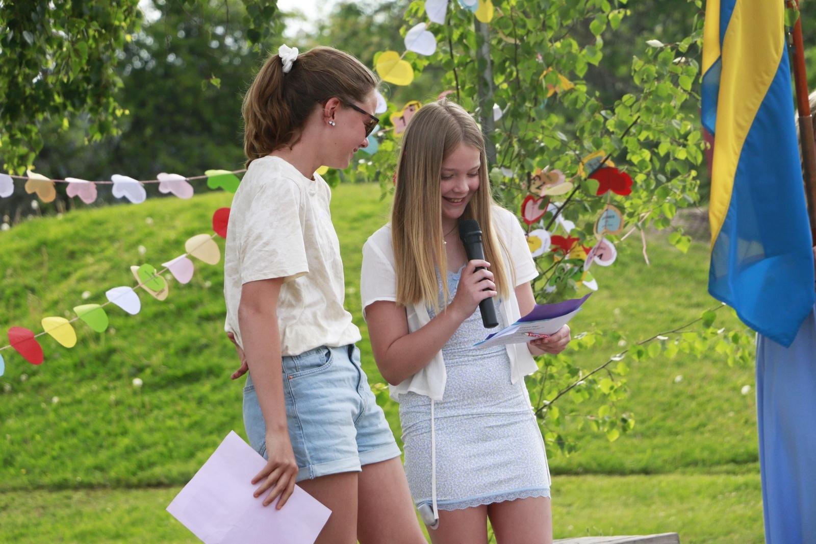 Alicia Carlsson och Meja Andersson i femte klass läste upp dikter för resten av skolan.