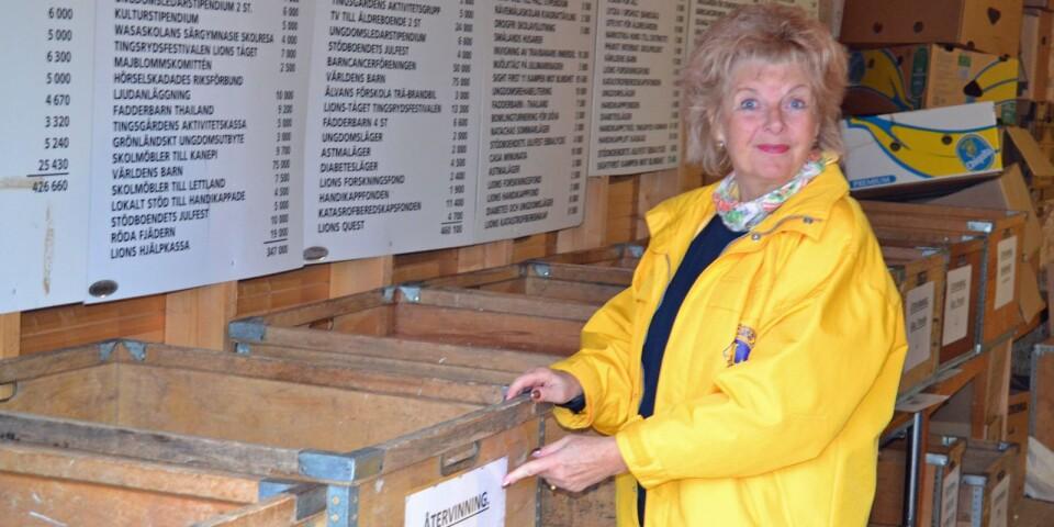 """Birgitta Wennermark i Lions karaktäristiska gula jacka. Här i rummet för insamlade prylar. """"Titta här"""", säger hon. """"Vi har bra miljötänk också."""""""