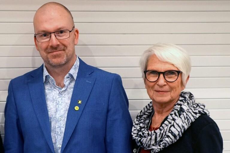 Socialnämndens ordförande Patrik Karlsson (KD) och vice ordförande Barbro Orrestrand (S) får ett år till på sig att få ekonomin i balans.