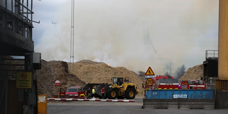 Räddningstjänsten försöker få kontroll över en mycket kraftig brand i Norrköping.