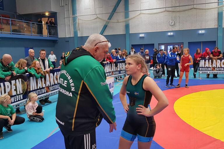 På bilden Thomas Werkström och Signe Gustafsson diskuterar taktiken i finalen mot Wilma Skoog i bakgrunden.
