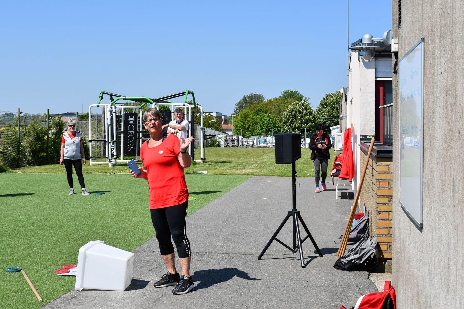 Brittmarie Ohlsson, ledare för torsdagens cirkelträning, går igenom dagens övningar.