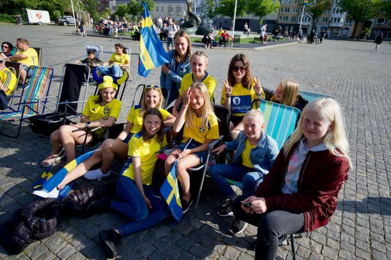 Fotbollstjejerna håller tummarna när Sverige möter Chile. Från vänster: Linnéa Olsson, Maja Svärd, Alva Rengbo, Thea Fransson, Agnes Rahm, Thelma Lazarevski, Tabitha Szabadi, Tilda Peijne, Tuvali Nilsson och Elin Nilsson.
