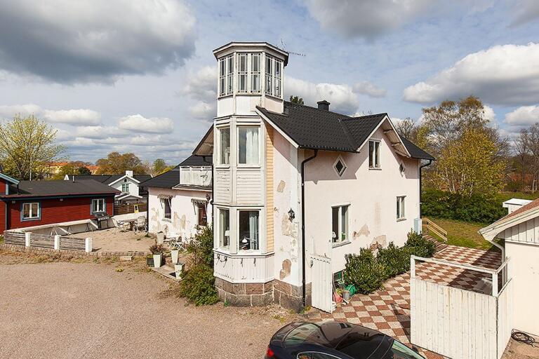 Tornet ger byggnaden ett unikt utseende.