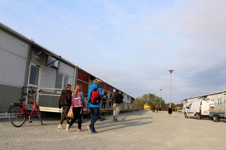 Eleverna på Åkerboskolan har börjat vänja sig vid de nya barackerna.
