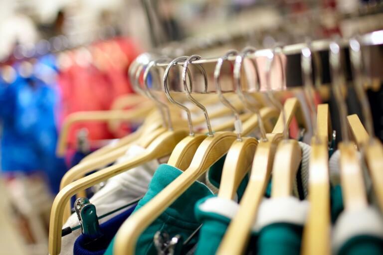 Blåljus: Kvinna ska ha stulit från flera butiker
