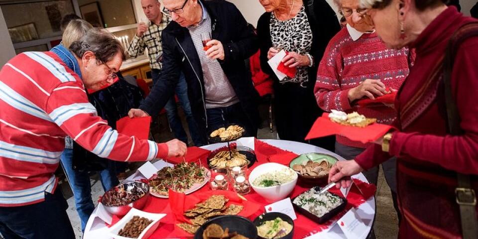 På måndagskvällen samlades ett hundratal människor för att smaka på Tina Nilssons mat och köpa hennes kokbok.