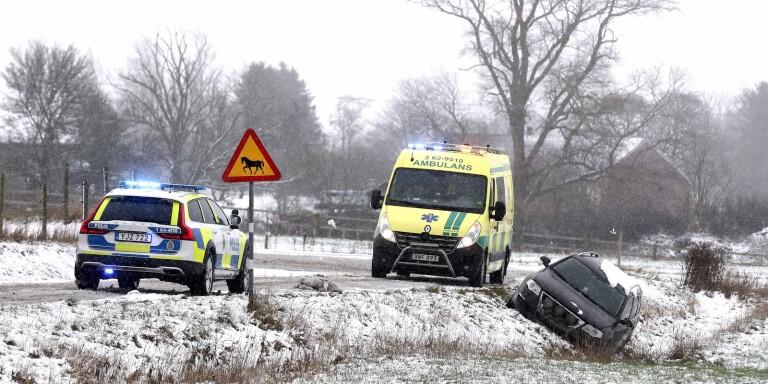 Bil med tre personer körde av i halkan – väg avstängd efter olycka
