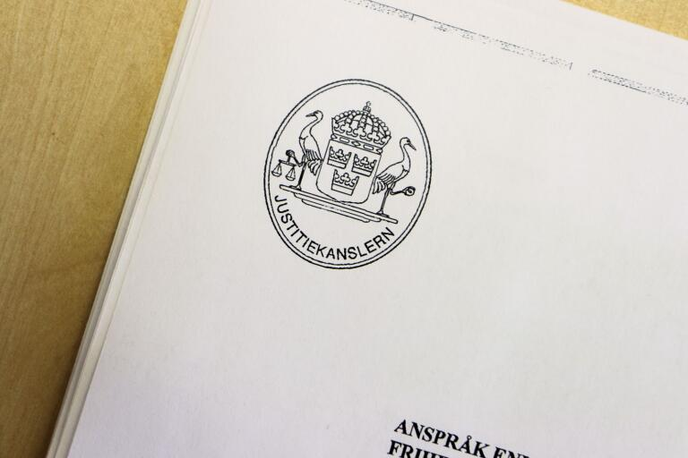 Justitiekanslern har beslutat att ersätta en man från Oskarshamn med 17 000 kronor.