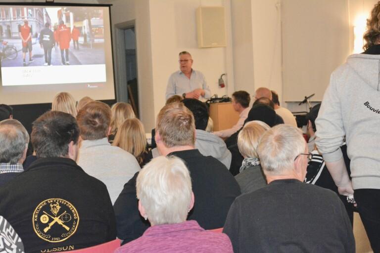 Föreningarnas intresse för nattvandring var oväntat stort. Nu har 70 personer gått en grundutbildning. Östra Göinge har försökt få igång nattvandring tidigare.