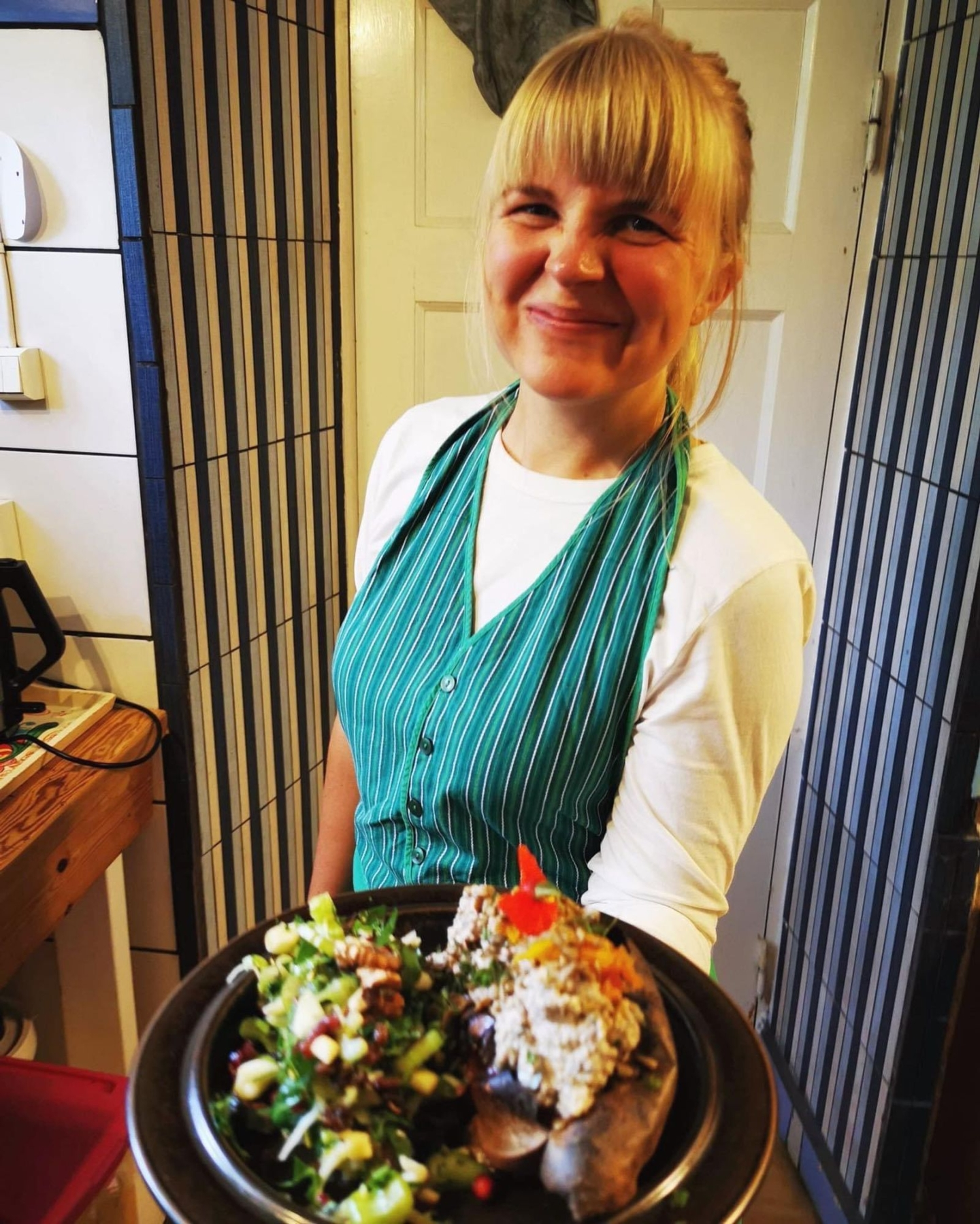 Helbakad sötpotatis med quinoaröra, rostade valnötter, mungbönor och en kä̈mig sås baserad på tahini, rostad vitlök och timjan.Fänkålssallad med äpple, lingon, tranbär, selleri och mynta. Toppas med rostade solrosfrön med smak av senap.