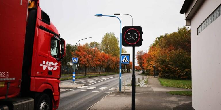 Fartkameror är inget alternativ i villakvarter, menar kommunpolis Mats Rindborn. Däremot kan digitala fartskyltar fungera mot fortkörning.