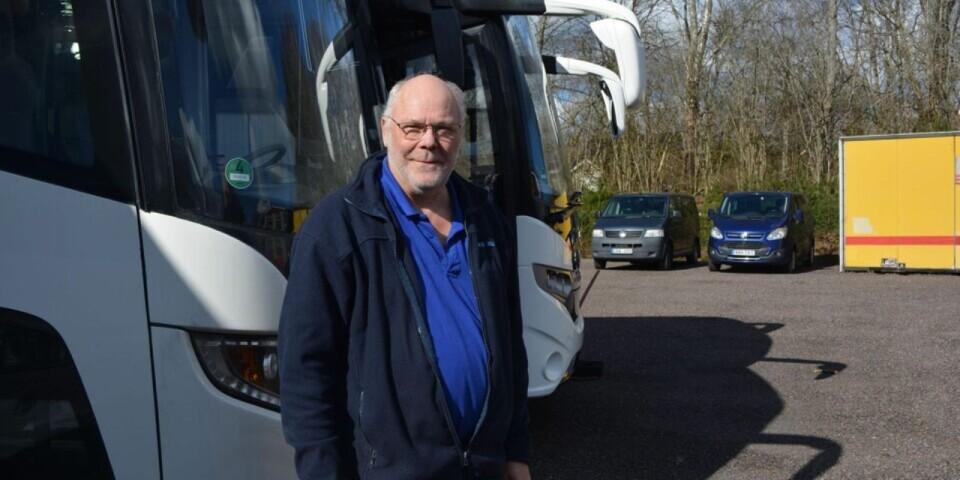 Lars Erlingsson, vd på familjeföretaget Röke Buss i Röke, har tröttnat på alla dystra nyheter.