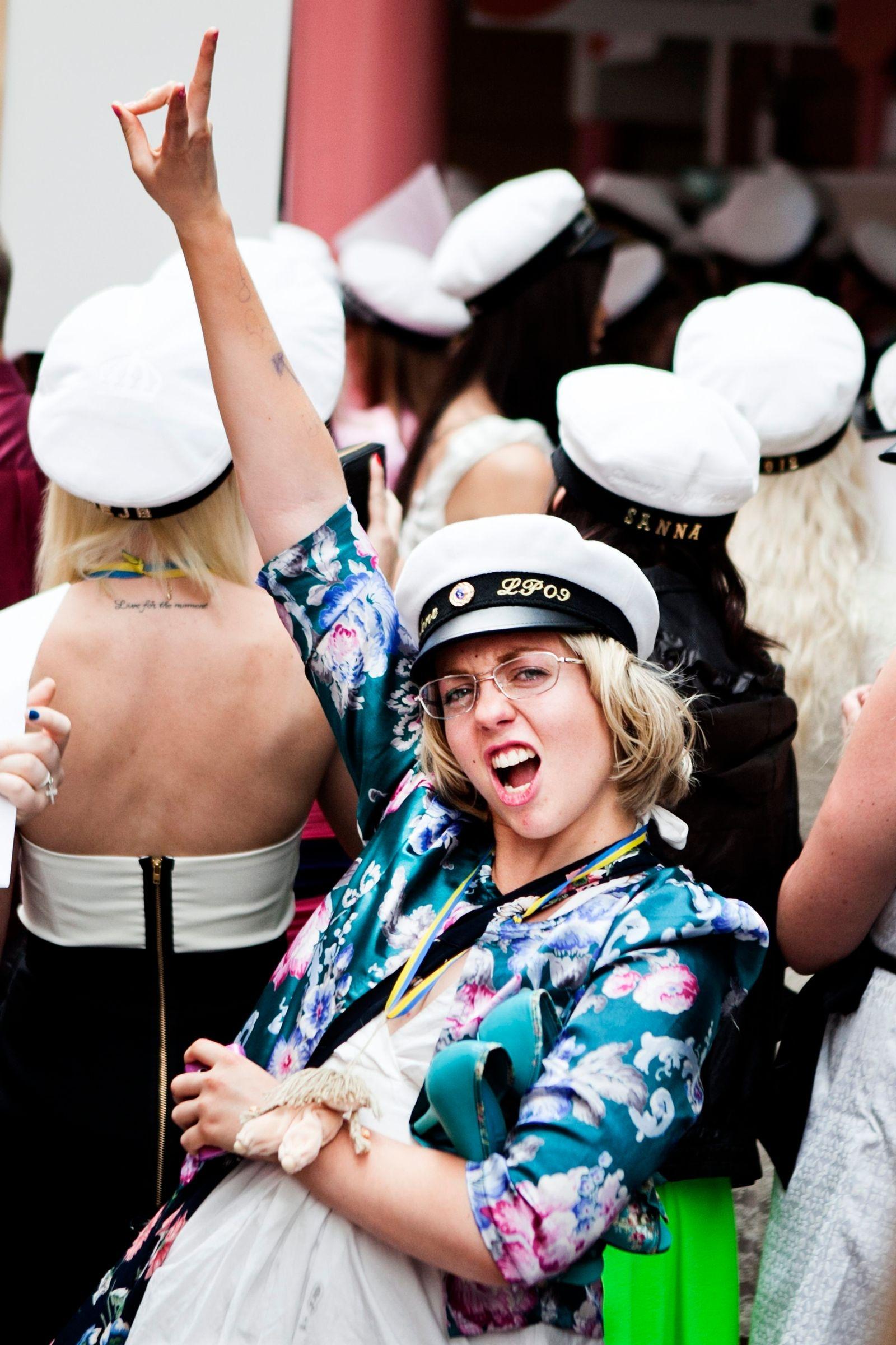 Madelene Friberg jublar vid sin studentexamen på Jenny Nyströmsskolan 2012.