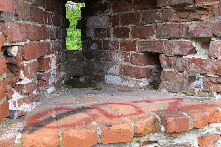 Skadegörelse: Gammal slottsruin  vandaliserad igen