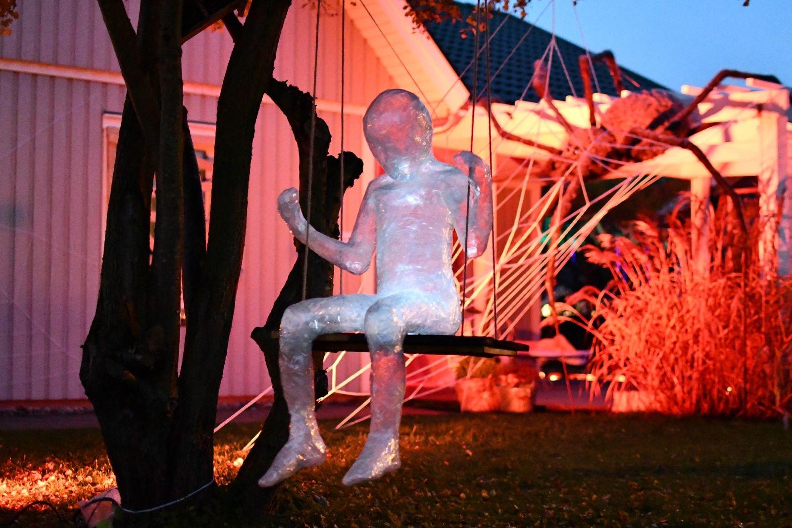 En jättelik spindel med två meter långa ben är en av de nya dekorationerna för året, liksom det gungande spökbarnet som Malte suttit modell för.