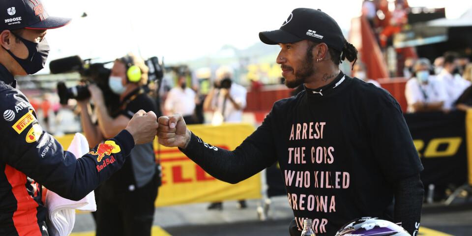 Lewis Hamilton firade segern i det senaste F1-loppet i Toscana iklädd en tröja med texten: Grip polisen som dödade Breonna Taylor.