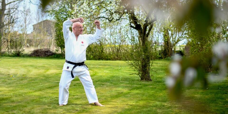 Just nu är den gemensamma träningen för Simrishamns karateklubbs medlemmar inställd på grund av covid-19, men föreningen uppmuntrar medlemmarna att hålla igång träningen på hemmaplan. Klubbens ordförande Dag Lind ger ett smakprov på karatens ädla konst hemma i trädgården.