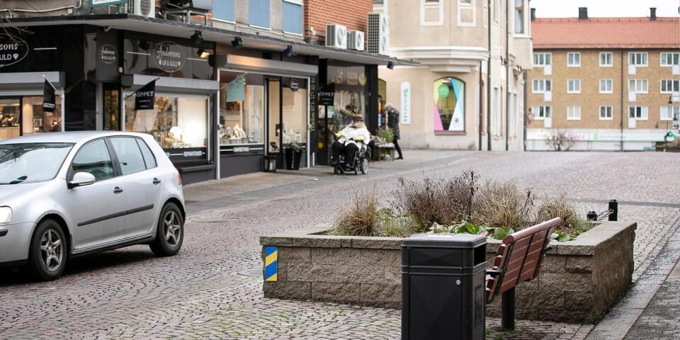 Farthinder på Östra torggatan och trafiksituationen utanför näringsidkare.