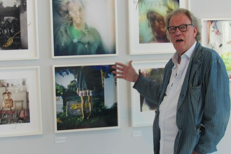 Olle Ljungströms gallerist, Börje Bengtsson, som tillsammans med föräldrarna förvaltar den efterlämnade bildskatten, visar några av bilderna i VIDA-utställningen.