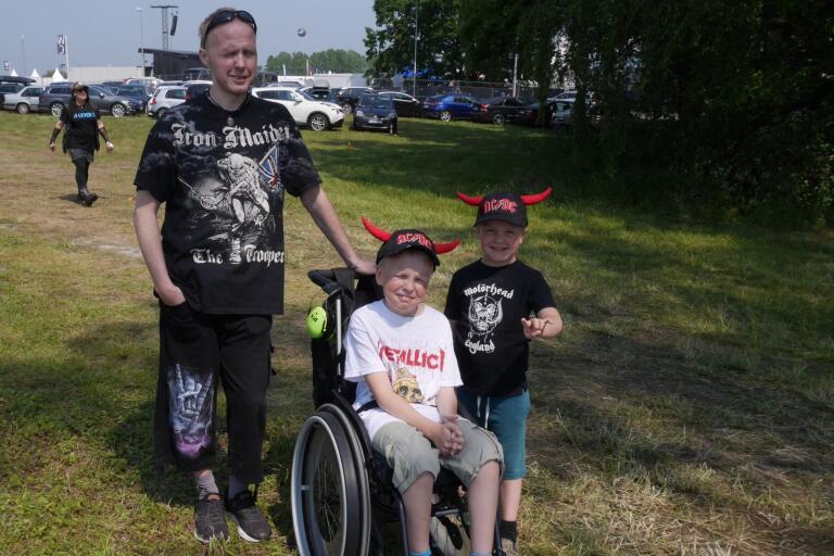 Stefan Svedlund, med sönerna Markus och Lukas, på väg mot sitt andra Sweden Rock någonsin.
